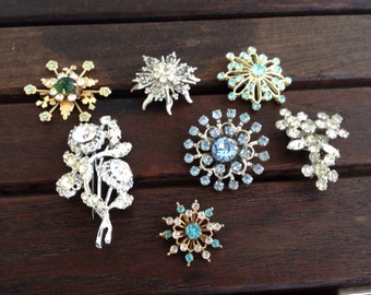 Mixed lot of 7 vintage rhinestone brooches