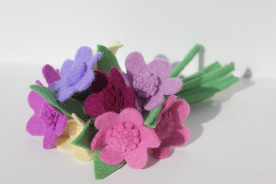New 1940s Costume Jewelry: Necklaces, Earrings, Pins 1940s Felt Flower Daisy Corsage - Pretty Posy Brooch - Spring Pin $19.97 AT vintagedancer.com