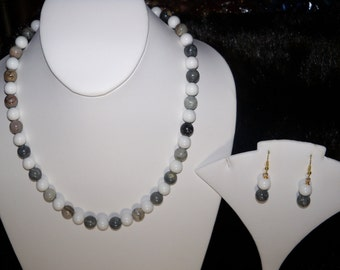 A Beautiful Silver Leaf Agate Necklace, Stretch Bracelet and Earrings. (2016136)