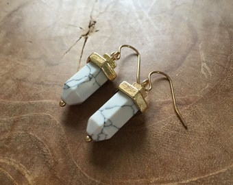 Bullet Marble - Pair of dangling earrings with white howlite. Gold, gemstone, rock, minimal, trend, stone, semiprecious stone, white