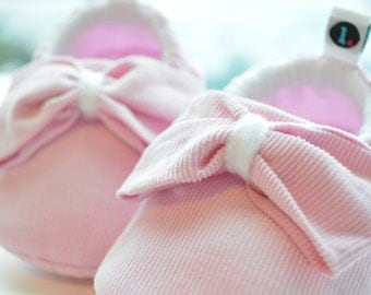 Baby Shoes: Big Bow Theory // baby slippers, baby booties, baby booty, baby moccs, baby gift, crib shoes, new baby, shower gift