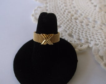 Vintage Gold Mesh Band Ring, Criss Cross Design, Classic career wear, Adjustable size 6-8, Great condition
