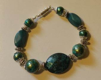 Green Marbled beaded Bracelet with a magnetic clasp V4625