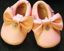 Baby initial charm moccasins available in baby pink and white. Baby shoes. Personalised baby shoes. Free UK shipping.