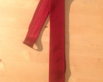 Vintage Mod skinny Silk Knitted/woven burgundy neck tie.