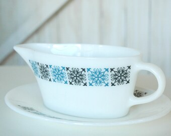 Pyrex Chelsea design gravy boat and saucer