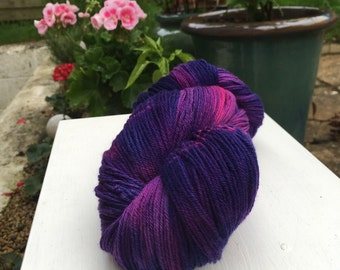 Hand dyed 4ply sock yarn 100% superwash merino, 400m, in colourway 'Look at it! It's great!'