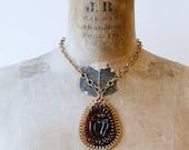 années 1940 sculpté collier de grand pendentif ovale en bakélite marron / 40 s vintage collier déclaration courte rétro en laiton et bakélite