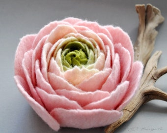 Large Felt Flower Brooch, Large Felt Ranunculus, Powder Pink Felt Flower Brooch, Pastel Ranunculus Brooch, Floral jewelry, Natural jewelry