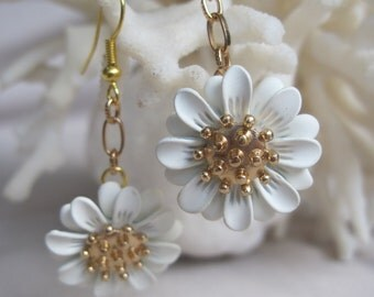 Sophisticated White and Gold Swaying Daisy Earrings