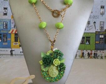 """Collier plastron pendentif """"Une elfe au milieu des fleurs"""" en métal doré"""