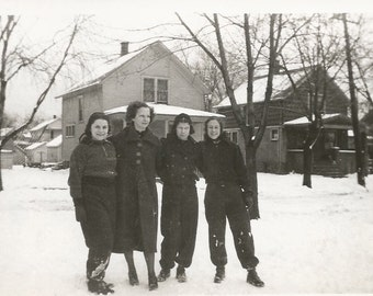 Scream 5 - Vintage Photo - Scary Lady - Photo Bomb - Girlfriends - Snow - Vintage Snapshot - Paper Ephemera - Collectibles