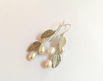 Silver wedding earrings, bridal earrings, white pearl earrings, bridesmaid earrings, dangle earrings. pearl bridal jewelry. wedding jewelry