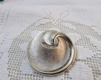 Crown Trifari classic ribbon swirl circle brooch pin