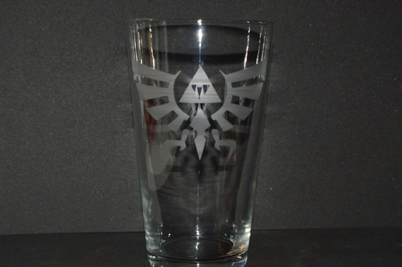 Legend of Zelda Hyrule Crest etched Pub glass fan art