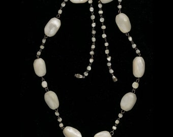 Vintage hand carved mother of pearl bead necklace. (nlbd1217)