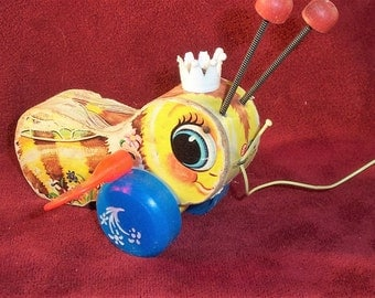 Vintage Fisher Price QUEEN BUSY BEE 1960's Wooden Litho/Plastic Pull Toy #444