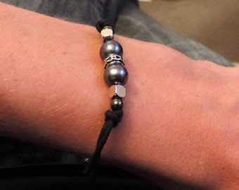 Bracelet pearls, hematite, metal and cotton.