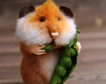 Needle felt realistic hamster with pea pod, felted mouse, felted hamster, felted toy, felt animal, eco-friendly, collectable miniatur