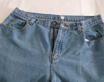 Liz Claiborne relax fit jeans, inseam 28, waist 34Medium light wash 100% cotton.
