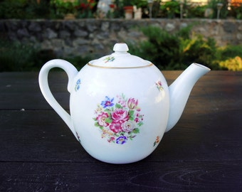 Big white teapot with flower decoration 750ml