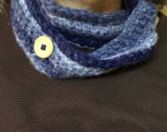 Crocheted scarf with button
