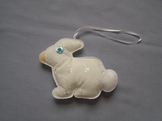 White rabbit hanging decoration broidery anglaise hand for Decoration anglaise