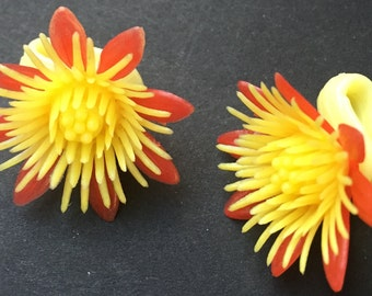 Wonderful 1960s plastic Yellow SUNFLOWER clip on Earings