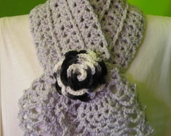 Pale grey headscarf with a rose (black multi)