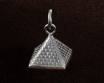 Dazzling 3 dimensional Egyptian silver pyramid pendant of Khufu