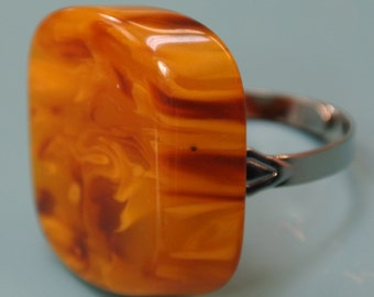 Adjustable silvercolor metal ring with genuine tested vintage 1950s flamy swirled opaque goldbrown bakelite plastic bead