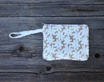 Bridesmaid Wristlet, Burlap and Lace Wedding Bag, Bridesmaid Gift, Bridal Party Gift, White Daisy Wristlet, Rustic Wedding, Ready to Ship
