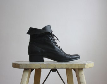 vintage black leather ankle boots / size 6 1/2