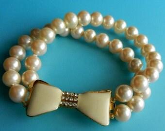 60s Darling bracelet 2strands ivory pearls,lovely enamelled bow clasp - vtg Italian quality  romantic wedding  -Art.386/4-