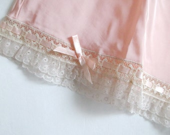 Vintage Peach Tap Pants Ruffled Valenciennes Lace Ribbons & Bows NOS