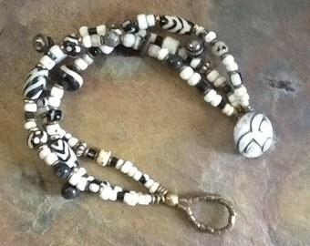 Trade bead bracelet, African Maasi Bracelet, Vintage trade bead bracelet, Ethnic black and white bracelet, Tribal bracelet