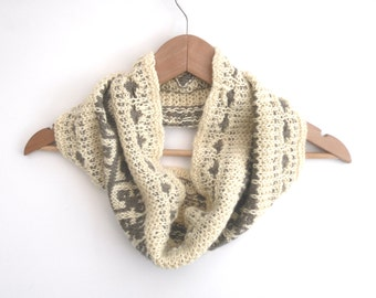 Hand knitted cowl in 100% wool ,  Natural knitted accessory , Cream Women's cowl ,  Winter accessory , Trailing Leaf cowl