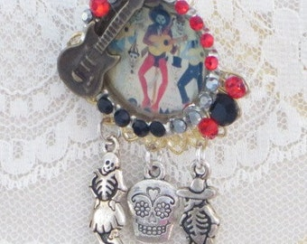 DAY of the DEAD - El Guitaro Brooch - Guitar and Skeleton Charms -  Bottle Cap Western Art PiN