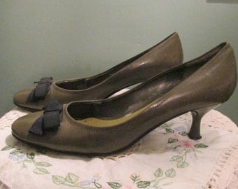 Vintage Adorable Olive Green Women Shoes / Enzo Angiolini Bow Pumps Size 9 1/2
