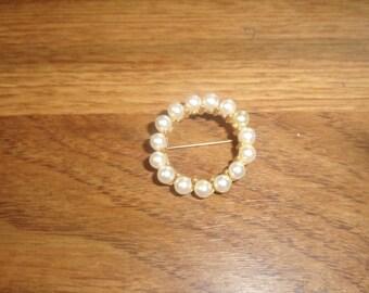 vintage pin brooch goldtone faux pearls wreath