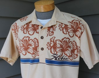 Surf's up dude...vintage 1970's -Hobie- Men's Pop-over short sleeve shirt. Hawaiian styling - Cotton w/ wood buttons - Hibiscus print. Large