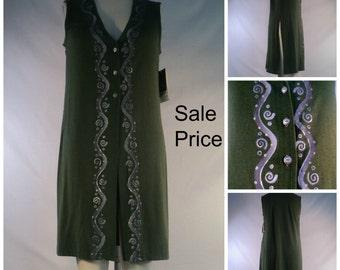 Long bamboo vest in olive green with block-printed motif in size M.