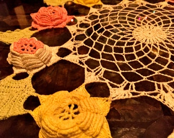 GoRgEoUs 1940s vintage lace RoSE DOILY doilie handmade piNK yellow 17inch
