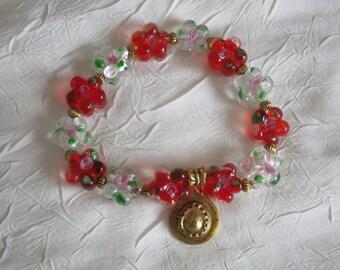 Bracelet en perles lampwork rouges et blanches avec breloque dorée