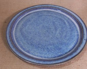 Hand thrown dinner plate with raised side. Finished in blue beige. 26 cm.