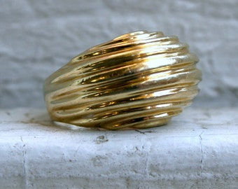 Cool Retro Vintage Ring in 14K Yellow Gold.