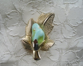 Nature Brooch goldtone leaf with light green stone    Very good