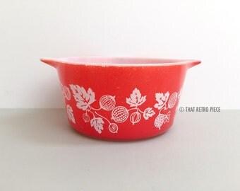 JAJ Pyrex 'Gooseberry' round casserole dish, in deep coral - #473 equiv. (c. 1959-62)