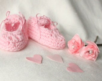 Crochet Baby Shoes in Mary Jane style Pink Baby Girl Shoes 3-6 Months Crossover Straps Pretty Bow Shoes