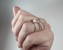 Modern 3 interlocked ring with pearl, unique pearl ring, statement ring, silver pearl rings